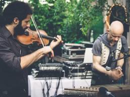 musiker spielen mit geige und hackbrett